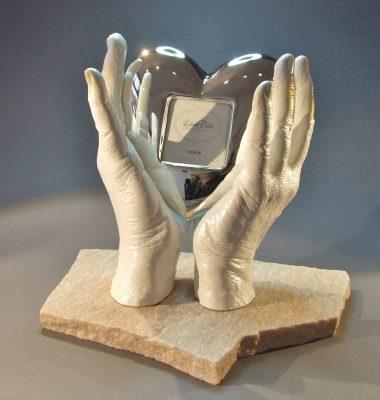Hände mit Herzrahmen